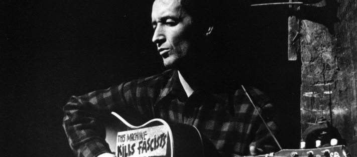 Gítarinn hans Woody Guthrie drap fasista.